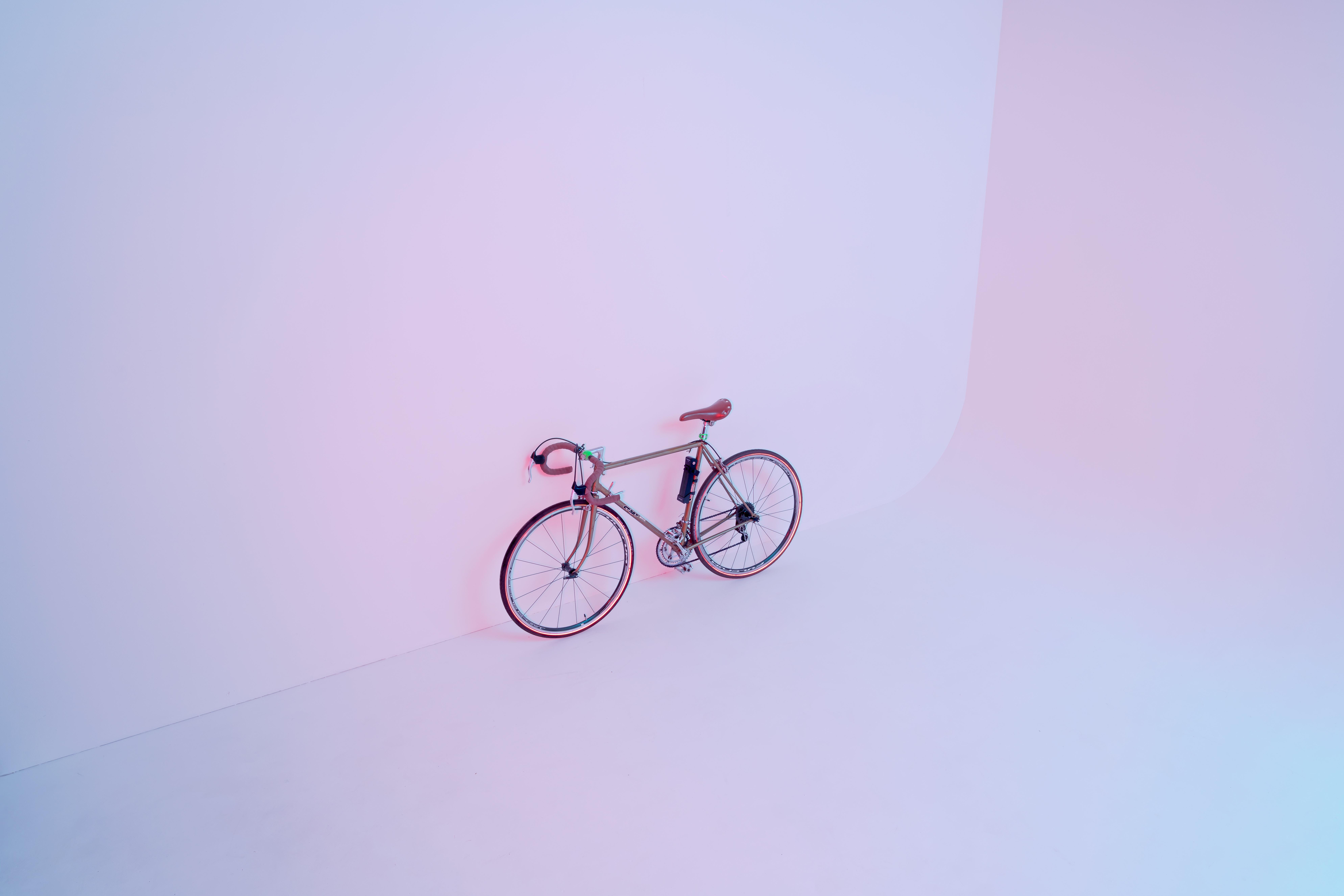 Fahrrad steht an einer Wand